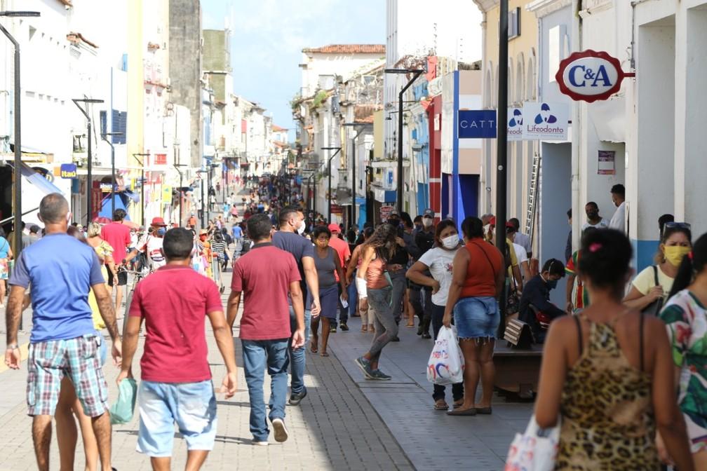 Na reabertura do comércio em São Luís, Rua Grande amanhece lotada e loja tem até fila para entrar