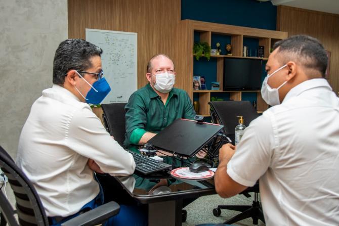 Em reunião na SES, Othelino discute reforma do Hospital Municipal de São Vicente Férrer
